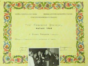 """2) Primo premio vinto nel 1968 nel concorso Diocesano dei presepi. Nella foto i """"Padri del presepe"""" (Aurelio Scaccia, Giuseppe Nicotra, Don Giuseppe Callari) premiati dal Cardinale Carpino."""